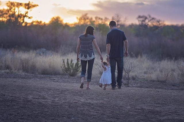 rodiče s dítětem na procházce