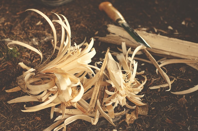 dláto, dřevo, hobliny